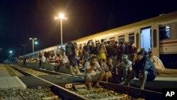 Migrantes descansan cerca de una estación de trenes en Beli Manastir, cerca de la frontera húngara, en el noreste de Croacia, el viernes, 18 de septiembre de 2015.