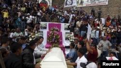 Para sahabat dan pendukung di samping peti mati aktivis lingkungan Berta Caceres yang terbunuh, 5 Mar 2016.
