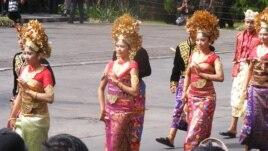 Parade pakaian adat Bali pada pembukaan Pesta Kesenian Bali (10/6, foto: Muliarta).