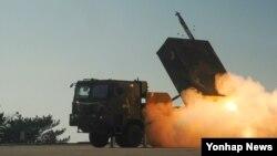 한국 육군이 지난 3일 실시된 230㎜급 다연장 천무의 실사격 장면을 5일 공개했다.