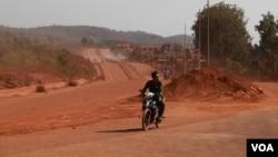 National Road 76, from Sen Monorom to Koh Nhek district, currently under construction in Mondulkiri province, Cambodia. (Nov Povleakhena/VOA Khmer)