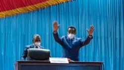 Christophe Mboso Nkodia (D) atomboli maboko mpo na kopesa mbote na baninga baye bakeli mibeko na Assemblé nationale na Palais du peuple. Kinshasa, RDC, 3 février 2021.