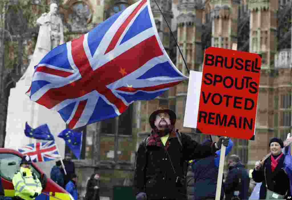پارلمان بریتانیا مشغول رای گیری درباره جزئیات جدا شدن از اتحادیه اروپا است و مردم معترض در بیرون پارلمان حضور دارند.
