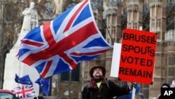 지난 9일 영국 런던 웨스트민스터 궁 밖에서 브렉시트 지지자가 플래카드를 든 채 시위를 벌이고 있다.