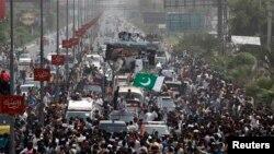 د عمران خان گوند تحریک انصاف غړي د اسلام اباد ته د مارش پر مهال