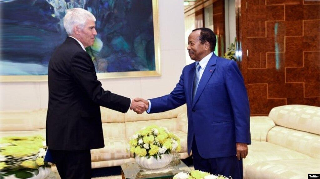 L'ambassadeur des Etats-Unis au Cameroun Peter Henry Barlerin et le président Paul Biya à Yaoundé, le 17 mai 2018. (Twitter/président Paul Biya)
