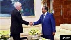 L'ambassadeur des Etats-Unis au Cameroun Peter Henry Barlerin, reçu par le président camerounais Paul Biya à Yaoundé, le 17 mai 2018. (Twitter/président Paul Biya)