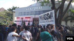 Aksi unjuk rasa menentang berkembangnya organisasi berpaham radikal di kampus ISI Yogyakarta (Foto: VOA/Nurhadi)