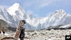 Seorang porter di Gunung Everest, Lobuche, Nepal.