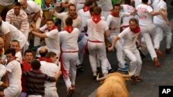 西班牙北部城市潘普洛纳举行的奔放公牛节(2017年7月7日)
