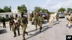 Tentara Somalia mengamankan lokasi di komplek istana Presiden di Mogadishu pasca serangan bom mobil (9/7).