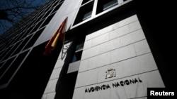 Pintu masuk Pengadilan Tinggi Spanyol di Madrid (18/4). (Reuters/Andrea Comas)