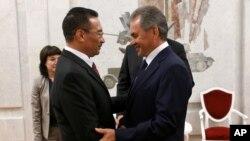 10일 모스크바를 방문한 히샤무딘 후세인 말레이시아 국방장관(오른쪽)이 세르게이 쇼이구 러시아 국방장관과 만났다.