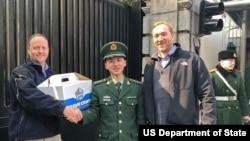 美国驻上海总领馆外交安全官员春节前为中国武警送上迷你汉堡,感谢中国武警为美国外交机构的安保服务 (美国国务院, 摄于2018年2月8日)