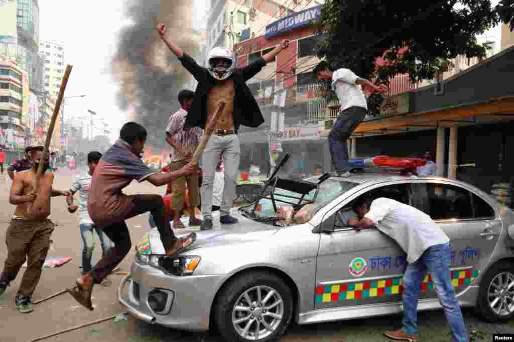 Banqladeş Milli Partiyasının fəalları polis avtomobilinə hücum edib