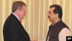 پاکستانی وزیر آعظم گیلانی (دائیں) اور خصوصی امریکی ایلچی ہالبروک (فایل فوٹو)