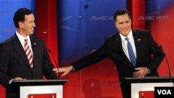 Rick Santorum (kiri) sementara mengungguli Mitt Romney sebesar 9 persen dalam jajak pendapat terakhir.
