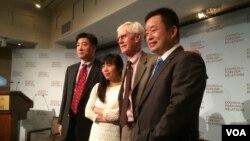 鮑樸(左起)、郭小櫓、夏偉(主持人)、慕容雪村(美國之音方冰拍攝)