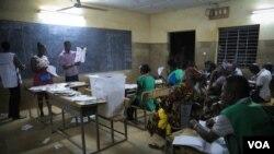 Le dépouillement des bulletins de vote s'effectue en présence d'observateurs de divers partis politiques et organisations. (Photo - E. Iob/VOA)