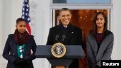 바락 오바마 미국 대통령(가운데)이 두 딸과 함께 27일 백악관에서 추수감사절 축하 메시지를 전하고 있다.