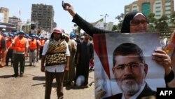 Egipćani, sledbenici Muslimanskog bratstva ispred jedne džamije u Kairu, 16. jul 2013.