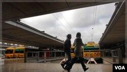Penumpang berlari mengejar kereta api si stasiun kereta Cais do Sodre, Lisbon (Foto: dok). Parta Buruh Terbesar Portugal melancarkan aksi mogok kerja selama 24 jam.