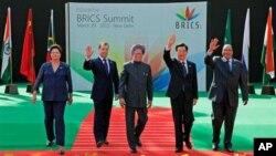 Presidentes do BRICS (da esquerda para a direita, Brasil, Rússia, Índia, China e África do Sul) durante a cimeira do ano passado em Nova Deli.