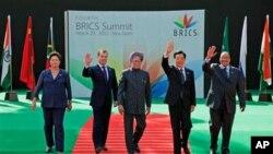 Presidentes do BRICS saudando o público durante a cimeira de hoje em Nova Deli na Índia