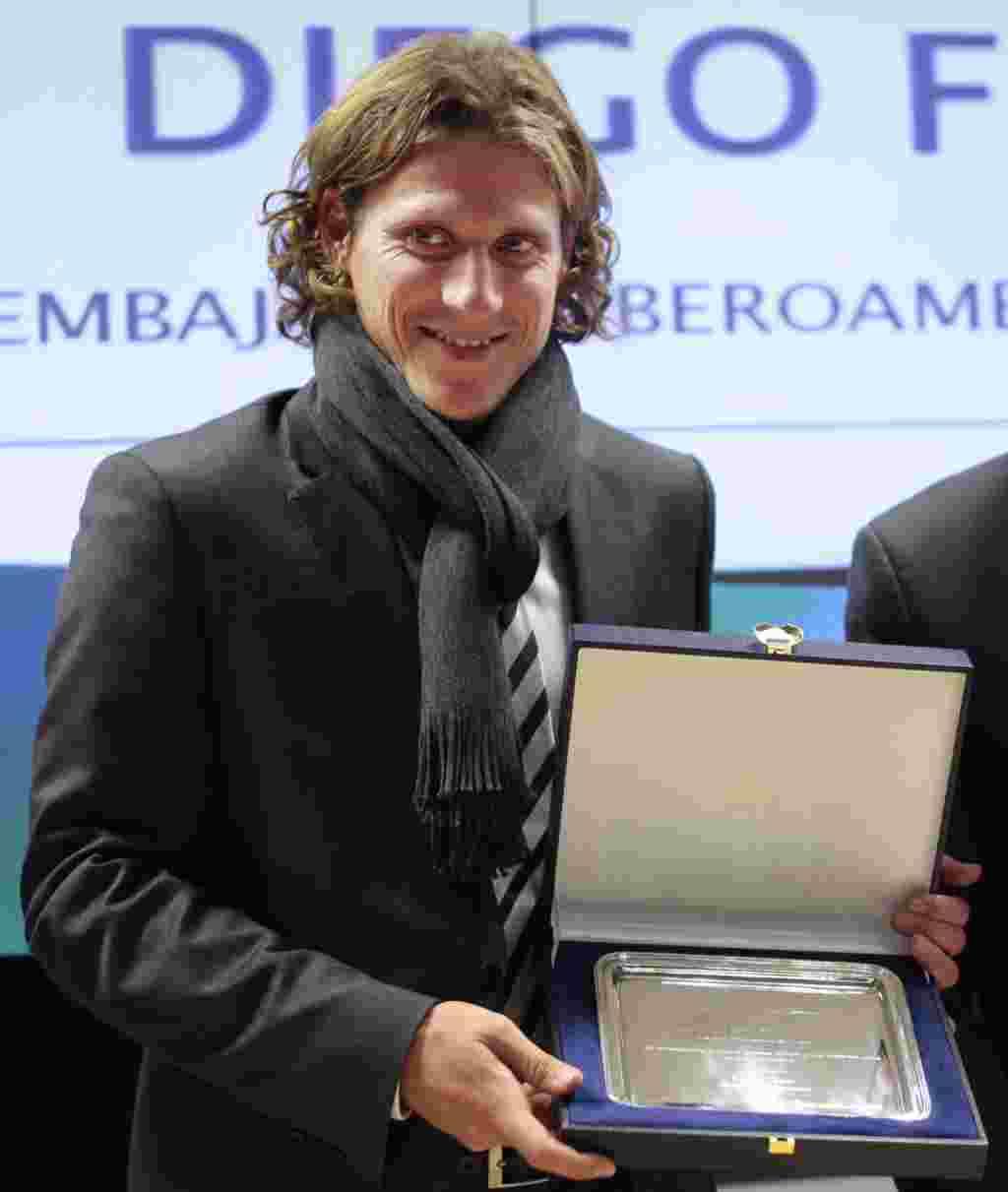 Diego Forlán del Atlético de Madrid fue nombrado embajador Iberoamericano del deporte en Madrid el 17 de diciembre de 2009.