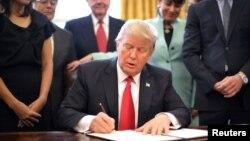Predsednik Donald Tramp potpisuje uredbu o smanjenju poslovnih regulativa, 30. januar 2017