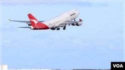 Armada Qantas kembali mengudara setelah aksi mogok akhir pekan lalu. Pesawat ini lepas landas dari bandara Sydney (31/10).