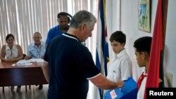 古巴总统米盖尔·迪亚斯-卡内尔在宪法改革的公民投票中投票(资料图,2019年2月24日)。