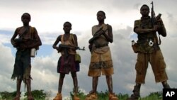 Combatentes do LRA um grupo rebelde acusado de crimes de guerra e também de recrutar crianças e violar mulheres