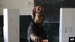 Raia wa Liberia akipiga kura katika moja ya vituo vya kupigia kura nchini humo