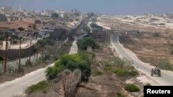 Seorang warga Palestina tengah berkendaraan menyusuri jalan di sepanjang perbatasan antara Mesir dan selatan Jalur Gaza, 3 September 2013 (Foto: dok).