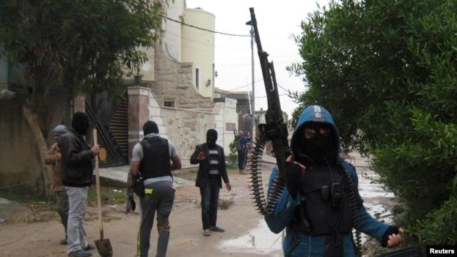 Iraqi Sunni gunmen attend a patrol in the city of Falluja, Jan. 11, 2014.