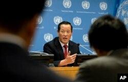 김성 유엔주재 북한대사가 21일 뉴욕 유엔본부에서 기자회견을 하고, 미국이 압류한 자국 선박을 반환할 것을 요구했다.