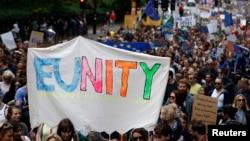 """2016年7月2日,反对英国脱欧的民众在伦敦举行""""向欧洲前进""""的大游行。"""
