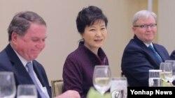 박근혜 대통령이 26일 오전 미국 뉴욕 페닌슐라 호텔에서 열린 '석학들과의 만찬'에서 인사말을 하고 있다. 왼쪽부터 토마스 허바드 이사장, 박 대통령, '아시아 소사이어티' 케빈 러드 정책연구소장(전 호주 총리) (사진=연합뉴스)