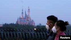 Du khách đeo khẩu trang đi bên ngoài Thượng Hải Disney, công viên giải trí đóng cửa trong dịp Tết Canh Tý vì virus viêm phổi.