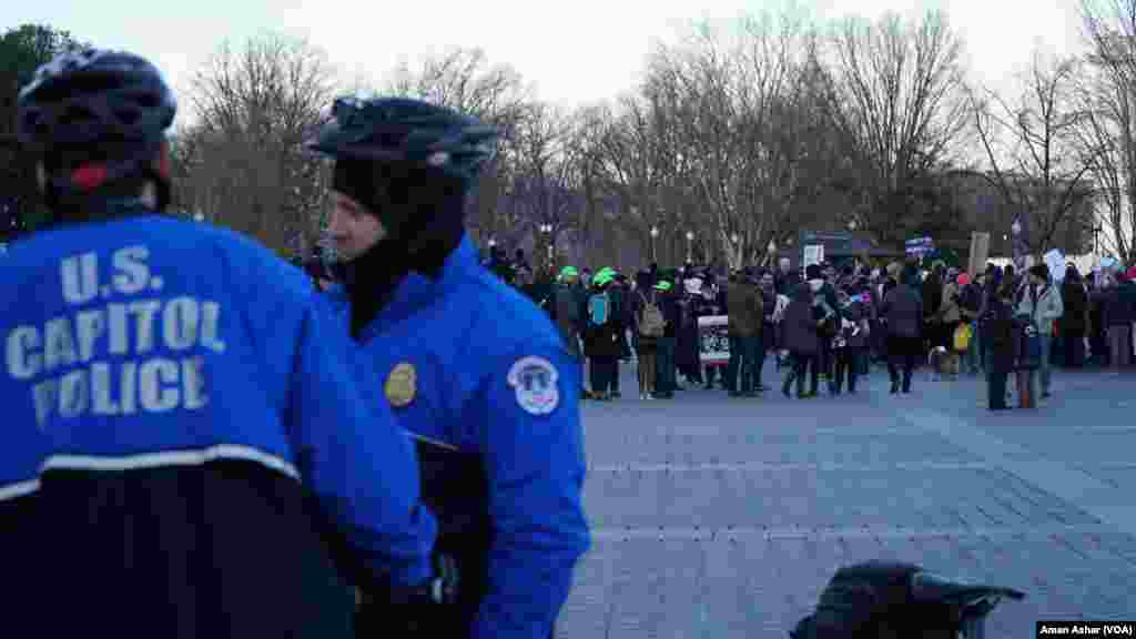 Protesters assembled on the Capitol Hill, Feb. 4, 2017, to protest what they see as a ban on Muslims entering the United States. A contingent of U.S. Capitol police stood ready. (A. Azhar/VOA)