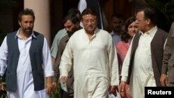 Mantan Presiden Pakistan dan pemimpin partai politik Liga Muslim Pakistan (APML), Pervez Musharraf (tengah) bersama para pemimpin partainya tiba di tempat kediamannya di Islamabad (15/4).