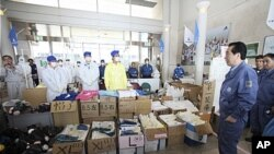 후쿠시마현 나라하의 훈련소인 제이 빌리지를 방문해 도쿄전력 직원들과 얘기를 나누고 있는 간 나오토 일본 총리