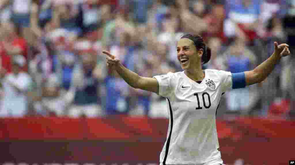 Carli Lloyd des Etats-Unis célèbre après avoir marqué son troisième but contre le Japon au cours de la première mi-temps du championnat de football de la Coupe du Monde Féminine de la FIFA à Vancouver, Colombie-Britannique 5 juillet 2015.