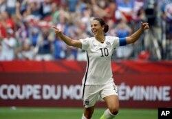 Carli Lloyd ghi 3 bàn thắng chỉ trong 16 phút đầu tiên của trận đấu.