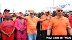 Début de la marche, en T-Shirt et casquette orange tenant sa tête, le chef de file de l'opposition, Jean-Pierre Fabre à Lomé, le 6 septembre 2017. (VOA/Kayi Lawson)