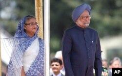 Le Premier ministre Manmohan Singh (à dr.) et son homologue du Bangladesh, Sheikh Hasina (6 sept. 2011)