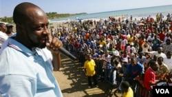 Wyclef Jean k ap pale ak yon foul moun nan kad kanpay li t ap mennen pou pòs prezidan an anvan KEP a te refize kandidati li