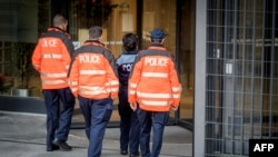 Des policiers entrent dans le bureau du procureur général suisse à Berne, Suisse, 25 octobre 2017.