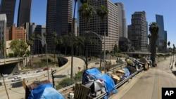 រូបឯកសារ៖ តង់របស់ជនគ្មានផ្ទះសម្បែងនៅតាមមហាវិថី Beaudry ក្នុងទីក្រុង Los Angeles រដ្ឋ California សហរដ្ឋអាមេរិក ថ្ងៃទី២១ ខែឧសភា ឆ្នាំ២០២០។